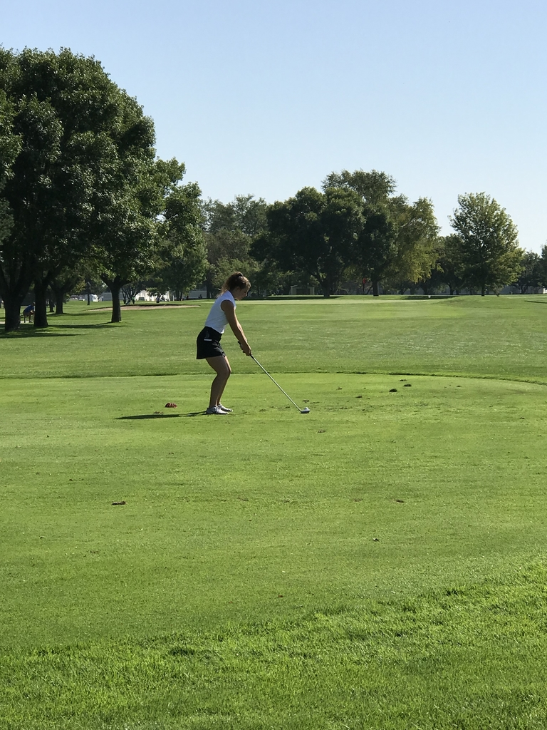 Alyssa tees off on a par 3.
